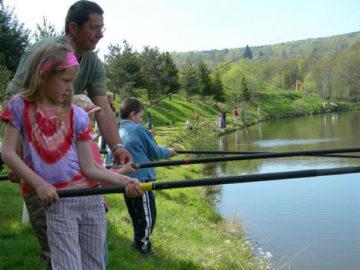 Pêche en étang en famille