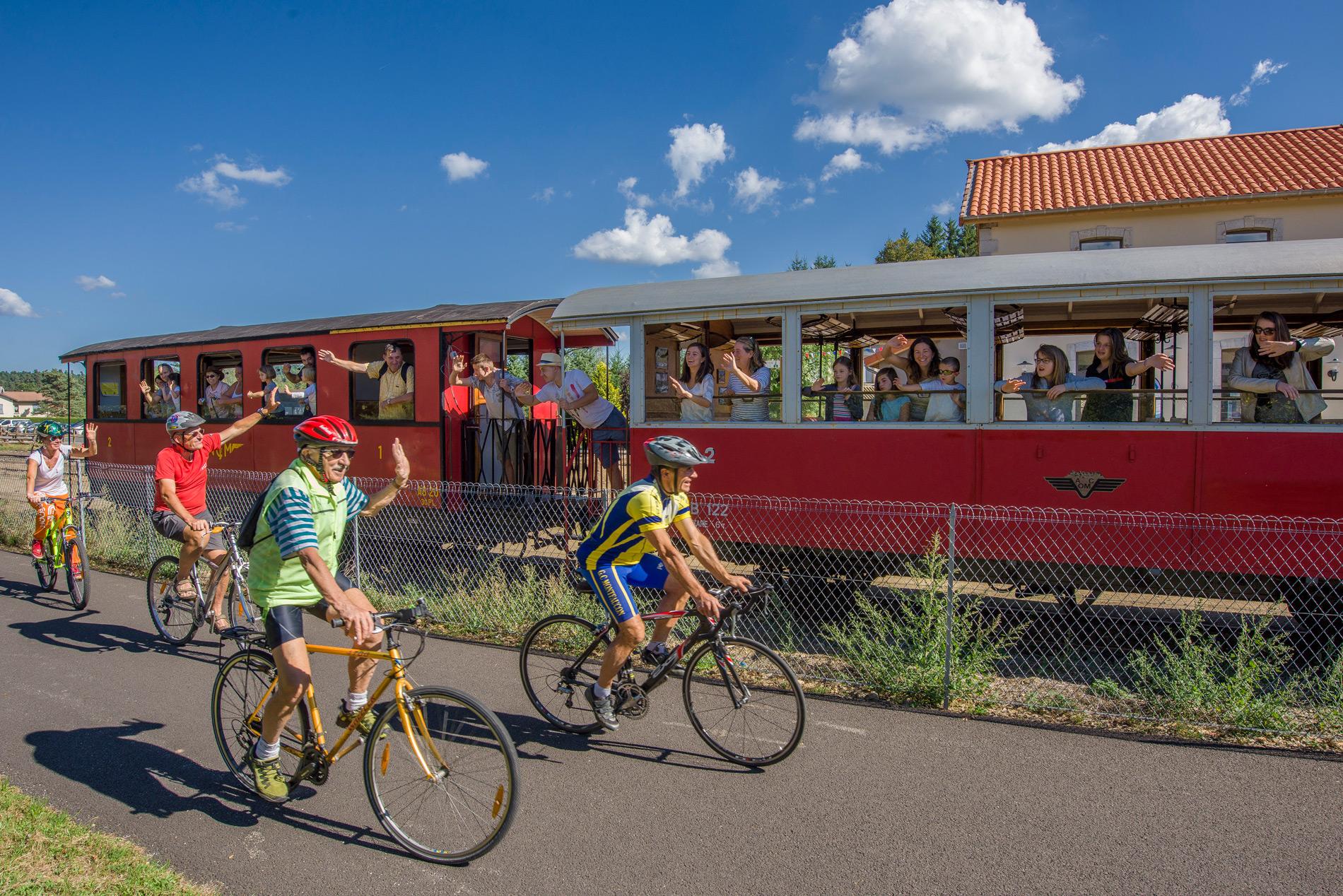 Train touristique et vélos sur la Via Fluvia à Raucoules